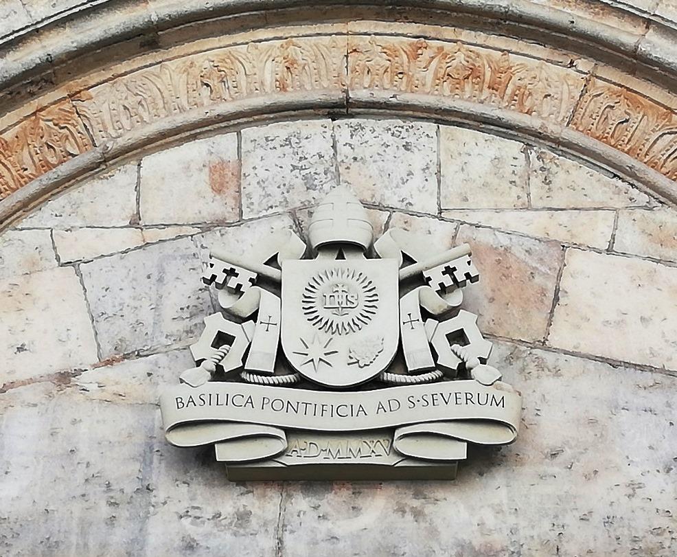 Armoiries du Pape François au-dessus du portail ouest de l'église Saint-Séverin de Boppard, Rhin romantique