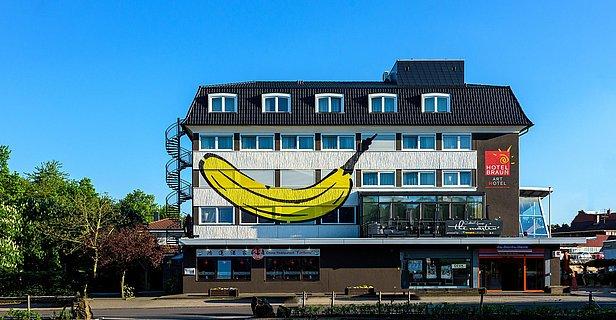 20160508_190922_Hotelfassade mit Banane-Bearbeitet