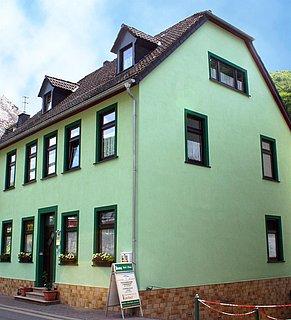 Hausfront / jede Etage = eine Wohnung