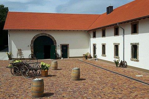 Innenhof-beim-Fest-1000x667